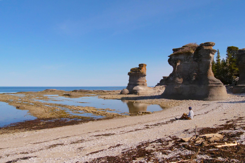 Grandes monolithes de pierre sur la plage de l'archipel de Mingan