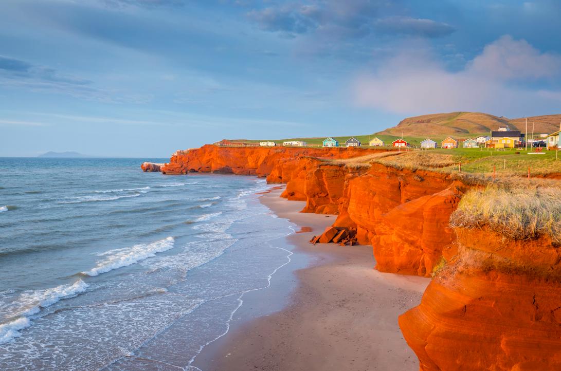 les incontournables falaises orange des îles de la Madeleine