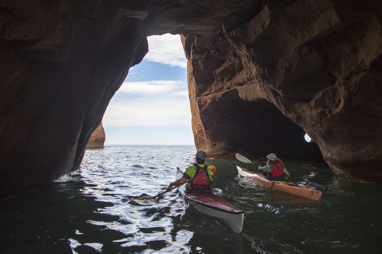 kayak dans les cavernes des Îles de la Madeleine