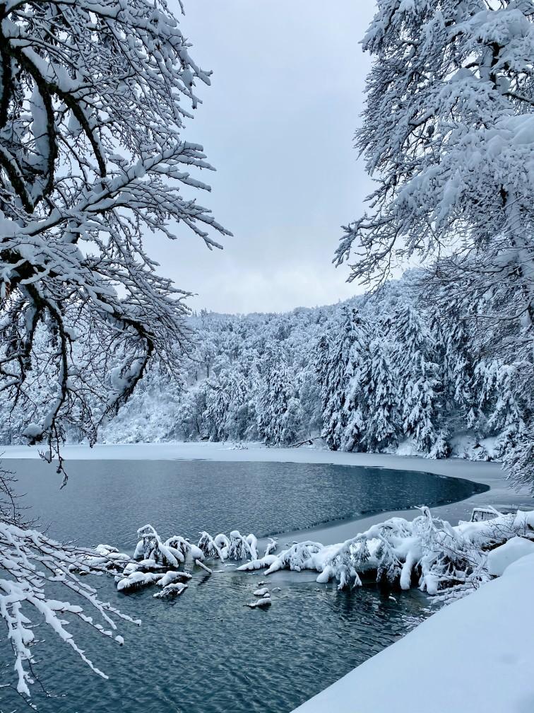 balade au bord du Lac Pavin sous la neige en Auvergne