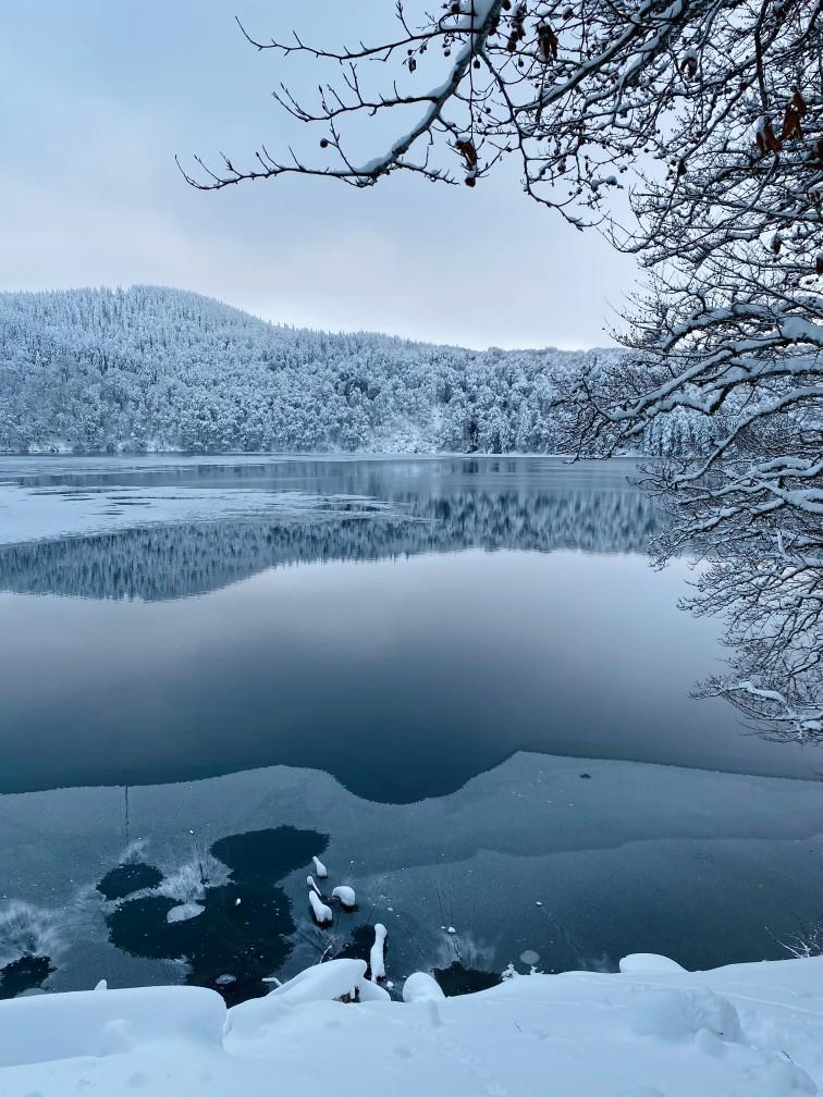 balade au bord du Lac Pavin en Auvergne sous la neige