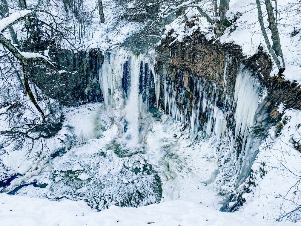 cascade givrée égliseneuve d'entraigues Auvergne sous la neige