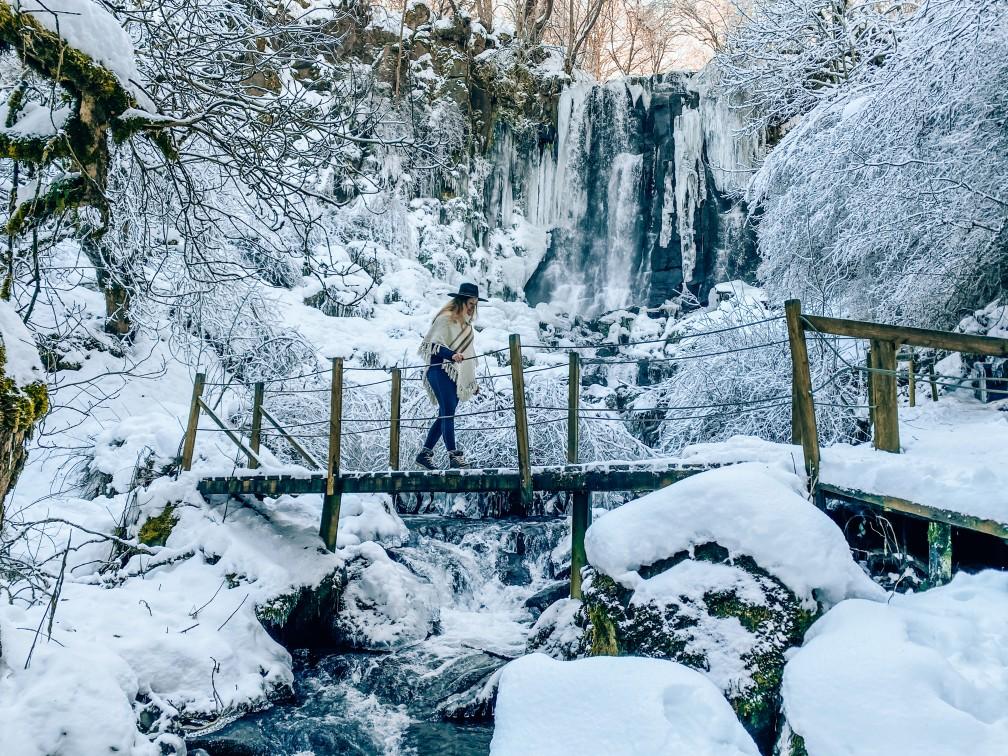 cascade de vaucoux ou d'anglard auvergne neige