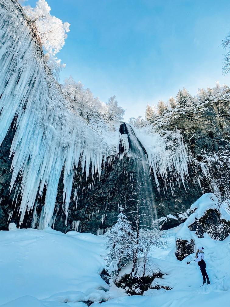 cascade Mont Dore glacée enneigée