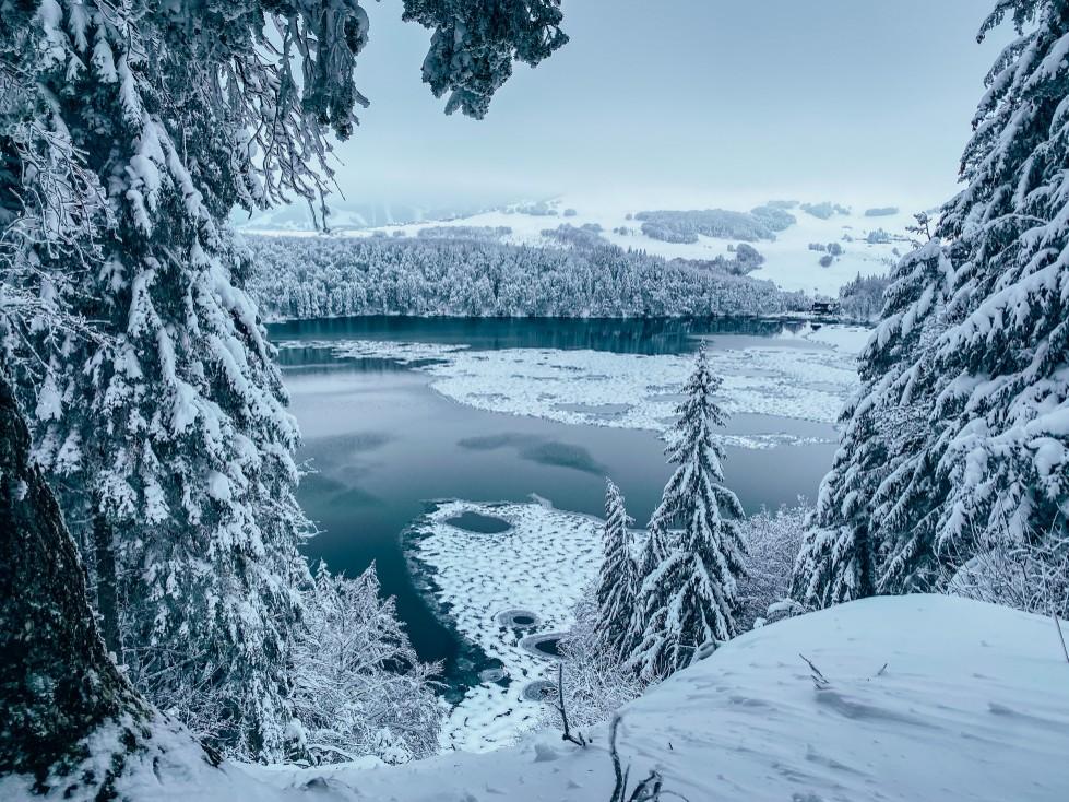 le Lac Pavin en Auvergne sous la neige et a moitié gelé